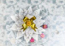 姜饼与糖乳香树脂的圣诞树顶视图作为锡 库存照片