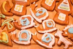 姜饼五颜六色的装饰的曲奇饼-圣诞节蜗牛,蘑菇 免版税库存图片
