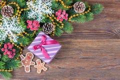 姜饼人和礼物盒 免版税库存照片