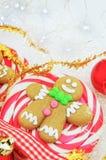 姜饼人圣诞节棒棒糖特写镜头 免版税库存照片