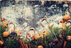 姜饼人圣诞节装饰黑暗背景 库存图片