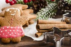 姜饼人圣诞节coockies和装饰 库存照片