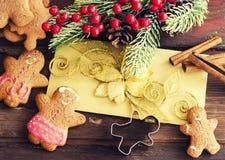 姜饼人圣诞节coockies和装饰 图库摄影