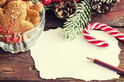 姜饼人圣诞节coockies和装饰 免版税库存图片