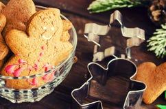 姜饼人圣诞节coockies和装饰 免版税图库摄影