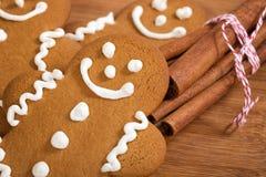 姜饼人曲奇饼和肉桂条 库存照片