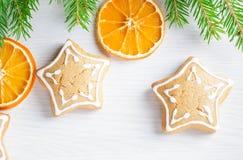 姜饼和在木背景的圣诞树分支 图库摄影