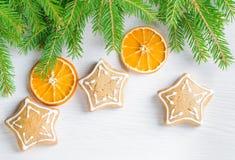 姜饼和在木背景的圣诞树分支 库存图片