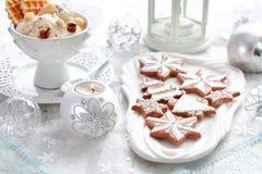 姜饼和核桃圣诞节的冰淇凌 库存图片