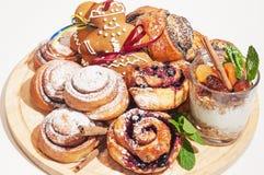 姜饼图、卷用糖粉和格兰诺拉麦片与dri 免版税库存图片