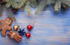 姜饼圣诞树和礼物在桌上 库存图片