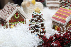 姜饼圣诞树在村庄 图库摄影