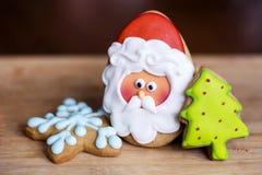 姜饼圣诞老人,绿色杉树和蓝星 库存照片