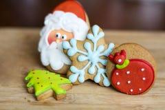 姜饼圣诞老人,绿色杉树和蓝星 图库摄影
