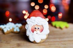 姜饼圣诞老人,绿色杉树和蓝星 免版税图库摄影