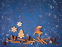 姜饼圣诞节曲奇饼场面用在蓝色的香料 免版税图库摄影