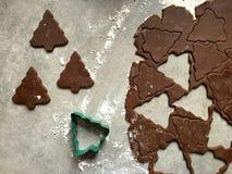 姜饼圣诞节曲奇饼面团滚动了和裁减入树形状 库存图片