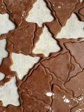 姜饼圣诞节曲奇饼面团滚动了和裁减入树形状 免版税库存照片