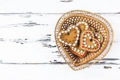 姜饼在一个篮子的曲奇饼心脏,在木背景 背景蓝色框概念概念性日礼品重点查出珠宝信函生活纤管红色仍然被塑造的华伦泰 库存图片