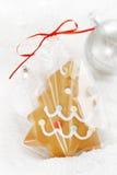 姜饼在一个袋子的树曲奇饼在白色雪背景 免版税库存图片