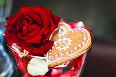 姜饼在有一朵红色玫瑰的一个花瓶在 库存图片