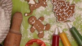姜饼在桌上的圣诞节曲奇饼 股票录像