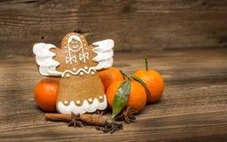 姜饼天使和桔子 库存照片