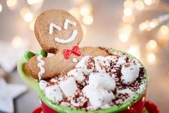 姜饼巧克力热饮的曲奇饼人 免版税图库摄影