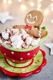 姜饼巧克力热饮的曲奇饼人 库存图片