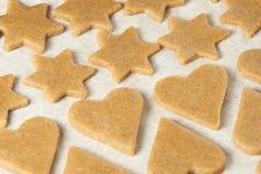 姜饼干的面团 星形和重点 准备点心 免版税库存图片