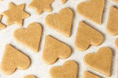 姜饼干的面团 星形和重点 准备点心 免版税库存照片