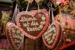 姜饼心脏在圣诞节市场上 库存图片