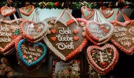 姜饼心脏在圣诞节市场上 免版税库存图片