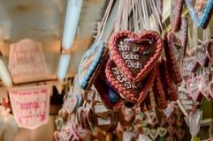 姜饼心脏在圣诞节市场上 免版税库存照片