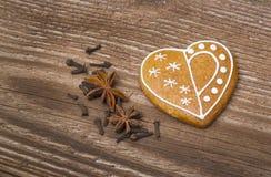 姜饼心脏用香料 库存照片