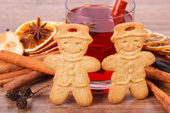 姜饼或圣诞节曲奇饼、杯被仔细考虑的酒和香料 库存图片