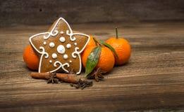 姜饼星和桔子 库存图片