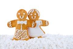 姜饼曲奇饼,在白色背景隔绝的雪的姜饼人,贺卡模板 免版税库存照片