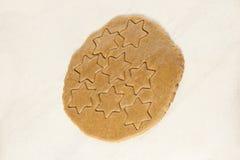 姜饼曲奇饼 准备好面团 形状星 免版税库存图片