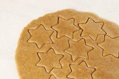 姜饼曲奇饼 准备的面团 面包店设计图象产品 新年度 库存照片