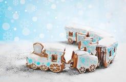 姜饼曲奇饼以形式圣诞节火车 免版税库存照片