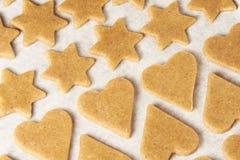 姜饼曲奇饼 形状心脏星 准备点心 面团 免版税图库摄影