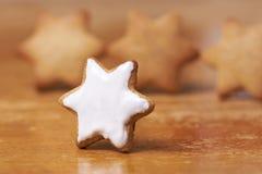 姜饼曲奇饼 白色甜釉 准备点心 免版税库存图片