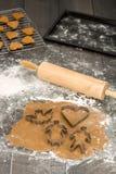 姜饼烘烤过程中 库存照片