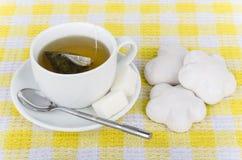 姜饼热的茶、糖和堆  库存照片