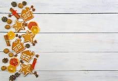 姜饼用在一张木桌上的香料 顶视图 新年B 图库摄影