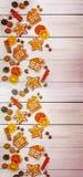 姜饼用在一张木桌上的香料 顶视图 新年B 免版税图库摄影