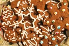 姜饼用在箱子的白色结冰装饰的圣诞节曲奇饼 库存照片