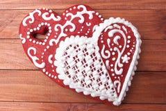 姜饼红色和白色结冰曲奇饼为圣徒华伦泰` s天 免版税库存图片
