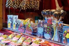 姜饼纪念品在欧洲圣诞节市场上 库存图片